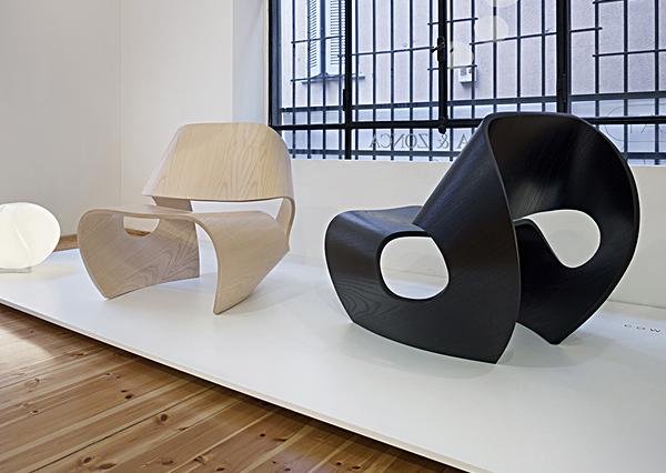 criativo da Made in Ratio apresenta as peças da série Cowrie, a cadeira presidente e uma espreguiçadeira de balanço, ambas muito elegantes.